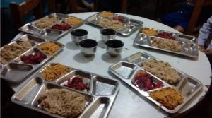 Sirviendo los  alimentos a los alumnos 3